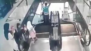 Tin tức trong ngày - Malaysia: Mẹ mải dùng điện thoại, con ngã thang cuốn tử vong