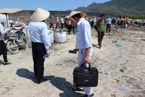 Tin tức trong ngày - Xới tung bãi rác sâu 10m tìm nguồn phóng xạ bị mất