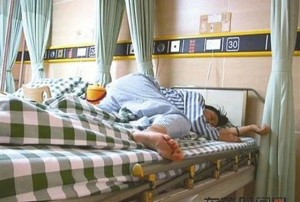 Giới trẻ - TQ: Học sinh lớp 4 đánh cô giáo phải nhập viện gây sốc