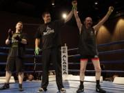 Thể thao - UFC: Ông già U70 hạ gã trai bằng đòn cực độc