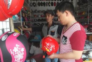 Thị trường - Tiêu dùng - Phụ huynh đổ xô đi mua mũ bảo hiểm cho con