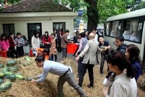 """Thị trường - Tiêu dùng - Bộ Công Thương """"ăn"""" 14 tấn dưa hấu ủng hộ miền Trung"""