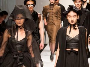 Thời trang - Thùy Trang khoe dáng đẹp trên sàn catwalk Thượng Hải