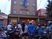 An ninh Xã hội - Ghen tuông, chồng đâm vợ trước quán karaoke rồi tự sát