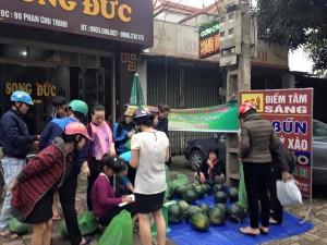 """Tin tức trong ngày - Nghệ An: 7 tấn """"dưa hấu vùng lũ"""" bán sạch trong 2 tiếng"""