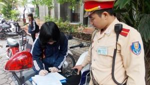 Tin tức Việt Nam - Bí mật ghi hình trẻ không đội mũ bảo hiểm
