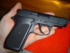 An ninh Xã hội - Phó TGĐ ngân hàng gí súng đe dọa nữ tài xế taxi