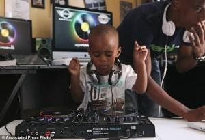 Bạn trẻ - Cuộc sống - Cậu bé DJ 2 tuổi khiến hàng ngàn người hâm mộ
