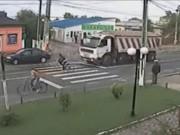 Video clip chuyện lạ - Clip: Những tình huống thoát chết trong gang tấc