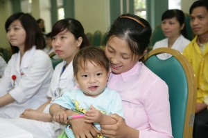 Sức khỏe đời sống - Bé trai 2 tuổi bị rắn độc cắn suýt chết được xuất viện