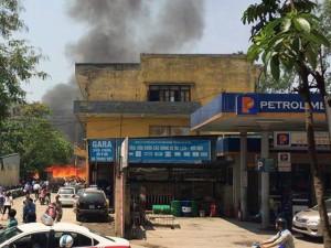 Tin tức trong ngày - Hà Nội: Kho giấy cháy lớn, cây xăng vội vàng đóng cửa