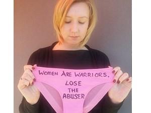 Thời trang - Kỳ lạ: Chiến dịch chị em viết chữ lên đồ lót