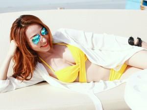 Ngân Khánh diện bikini bốc lửa, tạo dáng trên du thuyền
