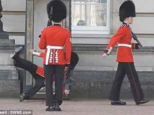 """Tin tức trong ngày - Video: Cảnh vệ Hoàng gia Anh """"vồ ếch"""" khi đổi gác"""