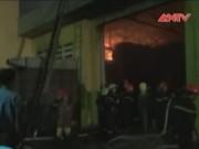 """Video An ninh - Lính chữa cháy vật lộn với """"giặc lửa"""" xưởng bông vải"""