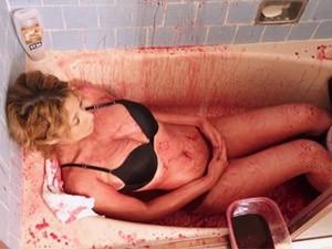 Chăm sóc da - Người mẫu 19 tuổi tắm máu lợn để giữ gìn tuổi xuân