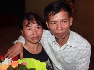 An ninh Xã hội - Ông Chấn ôm vợ cảm ơn khi được tòa công khai xin lỗi