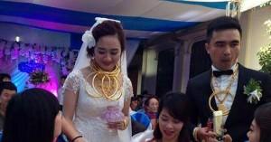 Bạn trẻ - Cuộc sống - Cô dâu chú rể đeo vàng kín cổ trong lễ cưới