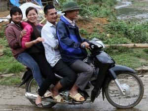 Tin tức trong ngày - Tây ngỡ ngàng với xe máy ở Việt Nam