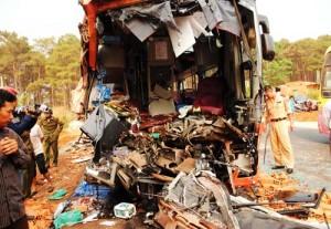 Tin tức trong ngày - Xe khách đâm xe tải, 2 người chết, 16 người bị thương