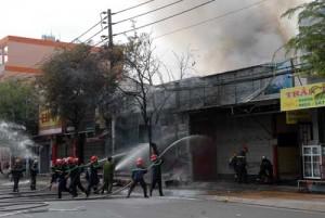 Tin tức Việt Nam - TP.HCM: Cửa hàng hóa chất cháy rụi chiều cuối tuần