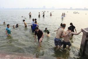 Tin tức trong ngày - HN: Nắng nóng, trẻ bất chấp nguy hiểm xuống Hồ Tây 'giải nhiệt'