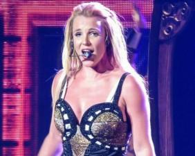 Britney Spears lộ hát nhép vì văng tục trên sân khấu