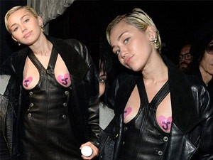 Thời trang - Miley Cyrus mặc váy khoét ngực kỳ cục