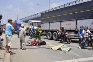 Tin tức Việt Nam - Chồng dừng đèn đỏ, vợ ngồi sau bị xe tải cán chết
