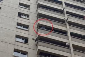 Tin tức trong ngày - Clip: Cứu bé trai đứng ban công tầng 12 khóc đòi bố mẹ