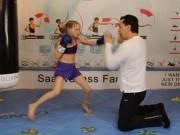 Thể thao - Bé gái 8 tuổi 2 phút đấm 100 phát