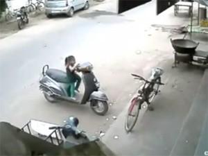 8X + 9X - Bé gái đối mặt với tai nạn nguy hiểm vì nghịch xe ga