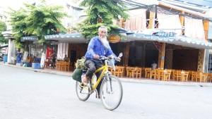 Tin tức Việt Nam - Cụ ông đạp xe xuyên Việt, thăm 20 nghĩa trang liệt sỹ