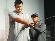 Golf - Yao Ming vụng về đánh golf bên Tiger Woods