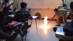 """Bạn trẻ - Cuộc sống - Giật mình thầy giáo """"đốt lớp"""" trong tiết Hoá học"""