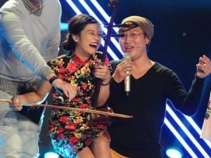 Ca nhạc - MTV - Hoàng Yến Chibi ngồi lên đùi Sỹ Luân kéo đàn nhị