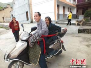 Thế giới - TQ: Chở mẹ già tới nơi làm việc hằng ngày để chăm sóc