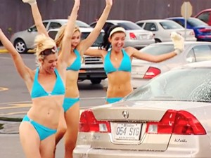 Thời trang - Trò đùa kỳ cục của dàn mẫu bikini rửa xe miễn phí