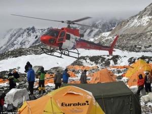 Thế giới - Video: Lở tuyết san phẳng khu trại leo núi Everest