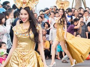 Thời trang - Phạm Hương khoe chân thon trên đường phố Quảng Bình
