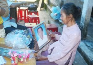 Tin tức trong ngày - Cha ôm con trai hai tuổi thắt cổ tự vẫn