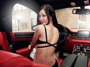"""Ô tô - Xe máy - Mỹ nữ """"lột đồ"""" khoe lưng trần gợi cảm trên Audi A8L"""