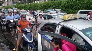 Tin tức Việt Nam - Người dân đổ về quê dịp nghỉ lễ, đường tới bến xe tắc nghẽn