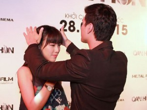 Hotboy Huỳnh Anh tình cảm với bạn gái chốn đông người