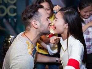 Ca nhạc - MTV - Lan Ngọc tình tứ cắn táo chung với trai Tây