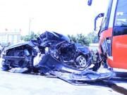 Video An ninh - Xe giường nằm tông nát ô tô con, 4 người chết