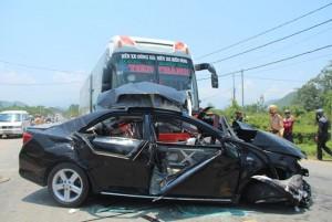 Tin tức Việt Nam - Xe khách đâm nát xe con: Thêm một người tử vong