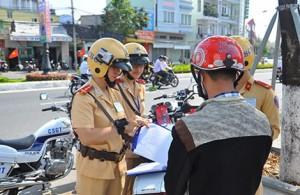 Tin Đà Nẵng - Đà Nẵng lắp camera trên mũ của CSGT
