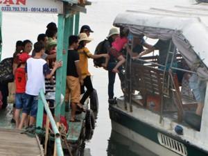 """Tin tức trong ngày - Quảng Ninh: Liều lĩnh bế trẻ con """"đi tắt"""" lên tàu thủy"""
