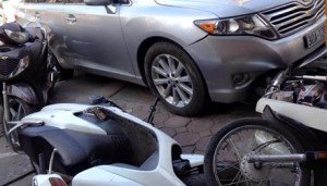 Tin tức Việt Nam - HN: Ô tô đâm loạn xạ trên phố vì tài xế… lăn ra ngủ